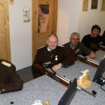 Gaben gemeinsam einen Schuss auf die Ehrenscheibe ab: OSM Gebhard Ennemoser, die Jubilare Hans Heiß und Alois Ennemoser, Bürgermeister Ingo Mayr und Bezirksoberschützenmeister Christof Melmer (v.l.n.r.)