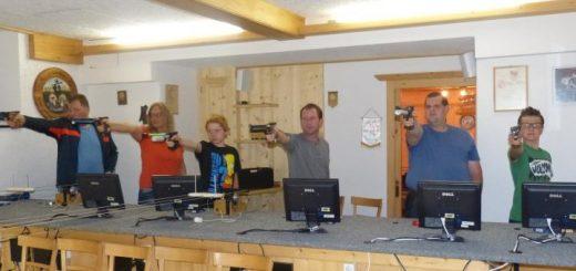 Volles Haus beim wöchentlichen Pistolentraining.