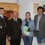 Ehrung für 25 Jahre Mitgliedschaft: Elisabeth Auer mit Oberschützenmeister Gebhard Ennemoser, Bezirksoberschützenmeister Erhard Hafner und Bürgermeister Ingo Mayr