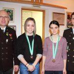 Siegerbild Juniorinnen mit Hermann Novotny (Bezirkssportleiter) und OSM Gebhard Ennemoser: Nadine Griesser (Umhausen - Rang 2), Franziska Stefani (Rang 3) nicht im Bild: Marie-Theres Auer (Rang 1)