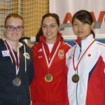 Die Medaillengewinnerinnen Frauen: Katharina Auer (Silber), Ivana Andjusic Maksimovic (Serbien - Gold), Ayano Shimizu (Japan - Bronze)