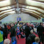 Die schöne Schießhalle im Sport Center Draš in Marburg / Slowenien. Links und rechts wird geschossen, dazwischen drängen sich Sportler, Funktionäre und Zuseher
