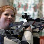 Sarah weiterhin entspannt. Sogar ein Blick zurück zu den Schlachtenbummlern geht sich aus.