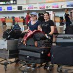 Mit vollem Gepäck am Flughafen